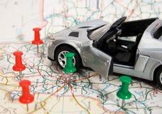 De auto van het stuk speelgoed op een geografische atlas Royalty-vrije Stock Foto