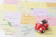 De auto van het stuk speelgoed op kaart? conceptuele mening van automobiele reis royalty-vrije stock afbeelding