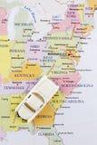 De auto van het stuk speelgoed op kaart? conceptuele mening van automobiele reis Royalty-vrije Stock Afbeeldingen