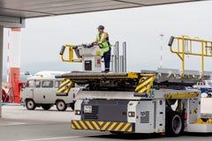 De auto van de luchthavendienst om de bagage van passagiers te dragen Dergelijke auto's worden gebruikt om bagage aan vliegtuig t stock fotografie