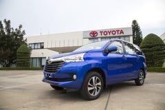 De auto van Toyota Avanza MPV, die binnen een testaandrijving wordt genomen Stock Foto
