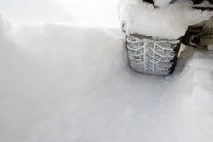 De auto verlaat een diep loopvlak in de sneeuw Royalty-vrije Stock Foto's