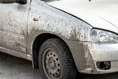 De auto is vuil in het vuil De auto na een reis op de weg stock afbeeldingen