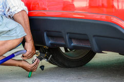 De auto vult LPG op stock afbeeldingen
