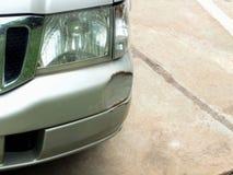 De auto werd geraakt door een ongeval wegens schuring of het instorten Zou moeten worden hersteld royalty-vrije stock foto