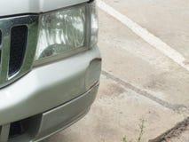 De auto werd geraakt door een ongeval wegens schuring of het instorten Zou moeten worden hersteld stock fotografie