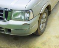 De auto werd geraakt door een ongeval wegens schuring of het instorten Zou moeten worden hersteld royalty-vrije stock foto's