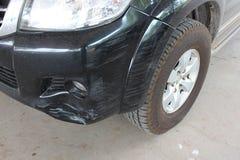 De auto werd geraakt door een ongeval wegens schuring of het instorten Zou moeten worden hersteld stock afbeelding