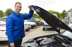 De auto werktuigkundige controleert een voertuig, Stock Afbeeldingen