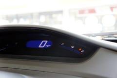 De auto wordt in werking gesteld uit benzine royalty-vrije stock afbeelding