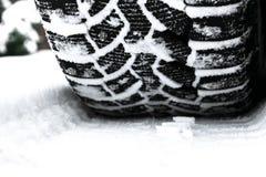 De autoband in sneeuw dichte omhooggaand De sporen van de auto op de sneeuw Sporen van de auto in de sneeuw De winterbanden Bande royalty-vrije stock fotografie