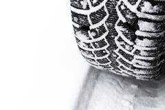 De autoband in sneeuw dichte omhooggaand De sporen van de auto op de sneeuw Sporen van de auto in de sneeuw De winterbanden Bande royalty-vrije stock foto's