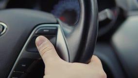 De autobestuurder verandert aanpassingen van reiscomputer het gebruiken inschakelt leidraad stock videobeelden