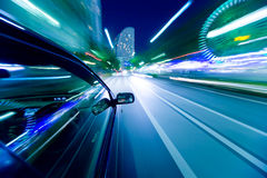 De autobewegingen bij grote snelheid Royalty-vrije Stock Foto's