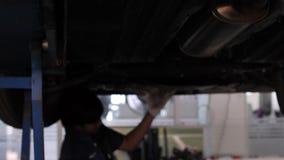 De autodienst, reparatie, onderhoud en mensenconcept - mechanische mens die op workshop werken stock footage