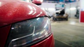 De autodienst - rode luxe stoffige auto die het herstellen betekenen Stock Foto's
