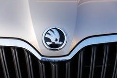 De Autofabrikant van Skoda van Volkswagen-Groep bedrijfembleem op nieuwe zilveren auto Stock Foto