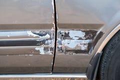 De autokant is gekrast en veroorzaakte neerstorting royalty-vrije stock afbeeldingen