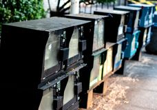 De automaten van de krantenautomaat op een rij stock afbeeldingen