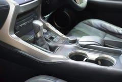 De automatische verschuiving van het transmissietoestel in auto stock foto