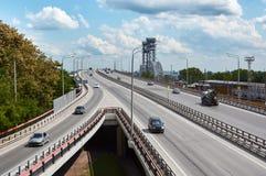 De automobiele brug door de rivier trekt aan Stock Foto