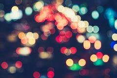 De autoopstopping van Defocusedlichten van een straatweg bij effect van de nacht retro kleur voor achtergrond Stock Foto