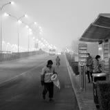 De autoriteiten van Peking voeren het smog waakzame rode niveau op Stock Afbeelding
