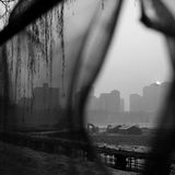 De autoriteiten van Peking voeren het smog waakzame rode niveau op Stock Foto