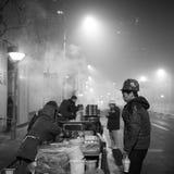 De autoriteiten van Peking voeren het smog waakzame rode niveau op Stock Foto's