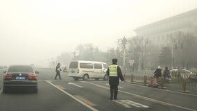 De autoriteiten van Peking voeren het tweede smog waakzame rode niveau op Stock Afbeeldingen