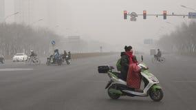 De autoriteiten van Peking voeren het tweede smog waakzame rode niveau op Stock Foto