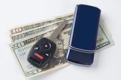 De autosleutels en contant geld van de Telefoon van de cel Stock Foto's