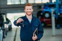 De autosleutels van de Automechanicholding Stock Foto's