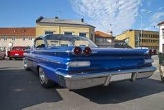 Am de autovergadering halden binnen (1960 Pontiac bonneville) Stock Foto's