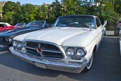 Am de autovergadering halden binnen (chrysler 300 F van 1960) Stock Foto's