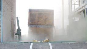 De autovrachtwagen giet korrels of korrels van tarwe in de lift uit, landbouw stock videobeelden