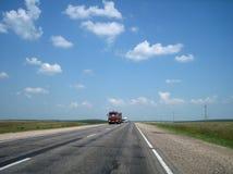 De autoweg in de barsten gaat ver in de afstand op een heldere Zonnige dag stock afbeeldingen