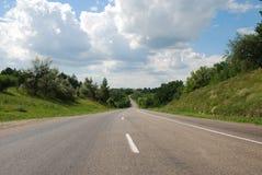 De autoweg van het asfalt in de zomer Stock Fotografie