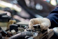 De autowerktuigkundige opent de radiator GLB stock fotografie