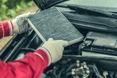 De autowerktuigkundige vervangt de auto` s binnenlandse filter Royalty-vrije Stock Fotografie