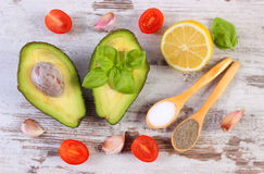 De avocado met ingrediënten en de kruiden aan avocado kleven of guacamole, gezond voedsel en voeding Royalty-vrije Stock Foto's
