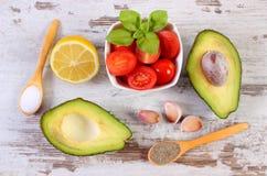 De avocado met ingrediënten en de kruiden aan avocado kleven of guacamole, gezond voedsel en voeding royalty-vrije stock foto