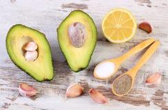 De avocado met ingrediënten en de kruiden aan avocado kleven of guacamole, gezond voedsel en voeding Stock Afbeelding
