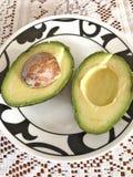 De avocadohelften op een plaat royalty-vrije stock afbeelding