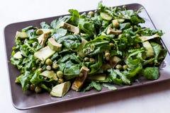 De avocadosalade met Groene Erwten en Rocket Leaves in Rechthoekige Plaat/Arugula of Rucola gaan weg stock afbeelding