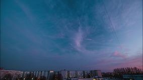 De avond betrekt zich snel het verwijderen, rollend donkere die zonsondergangwolken - professioneel timelaps van zonsondergang va stock videobeelden