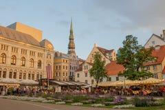 In de avond bij het Livu-vierkant in de Oude stad van Riga royalty-vrije stock foto's