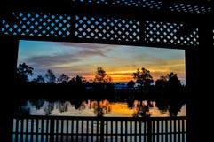 In de avond hemel bij zonsondergang Stock Foto's