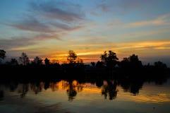 In de avond hemel bij zonsondergang Stock Afbeelding