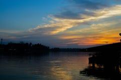 In de avond hemel bij zonsondergang Royalty-vrije Stock Foto's